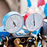 Naprava za polnenje avtomobilskih klimatskih naprav